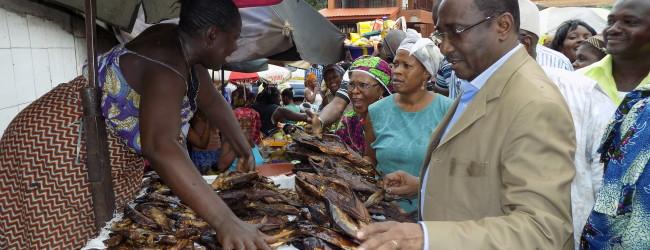 Visite de Sidya Touré aux femmes du petit marché de Constantin