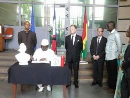 Attentats à Paris: Sidya Touré signe dans le registre des condoléances à l'ambassade de France.