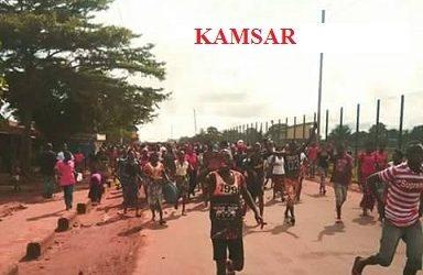 BOKE / La population de KAMSAR a durci son mouvement ce mardi soir, des rails sont démontés et la route bloquée.