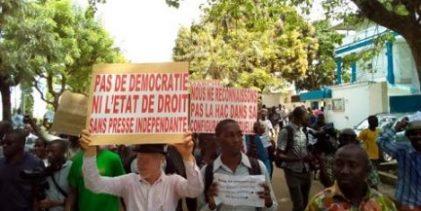 Guinée: des centaines de journalistes manifestent contre des violences de gendarmes (source: AFP)