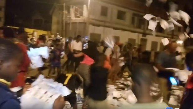 (VIDEO ) La fraude électorale par substitutions des urnes mise en Place par Alpha Condé comme lors de la présidentielle de 2015 est mise en échec par la  population de MATAM.