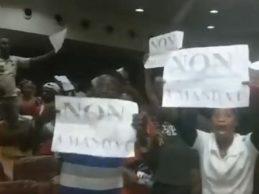 GUINEE – VIDEO / Les promoteurs du troisième mandat d'Alpha Condé hués au palais ce jeudi 14 mars 2019.