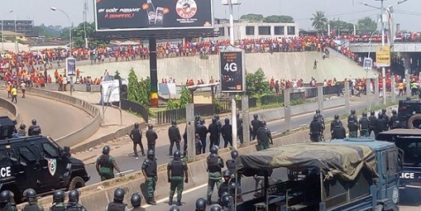 Des jeunes bloquent la route dans un quartier de Conakry, en Guinée, le 16 septembre 2019, alors qu'ils protestent contre un troisième mandat du président Alpha Condé. (CELLOU BINANI / AFP)